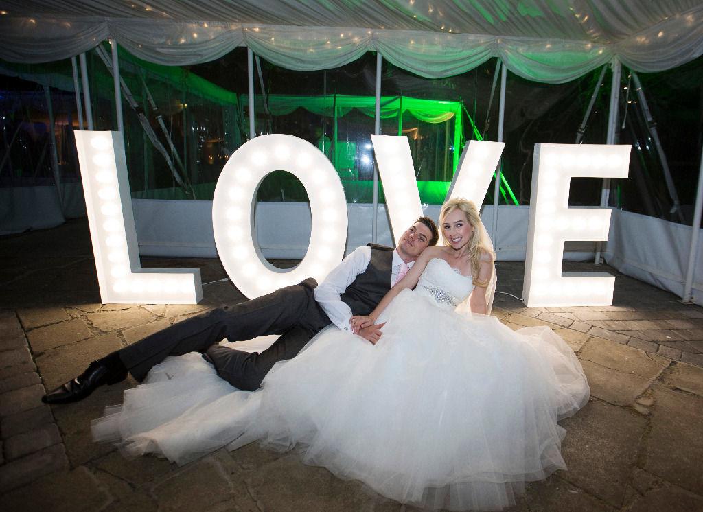 Буквы с лампочками на свадьбу