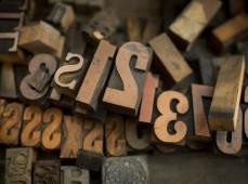 Много деревянных букв